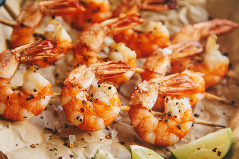Grilled shrimps with seasoning and lime